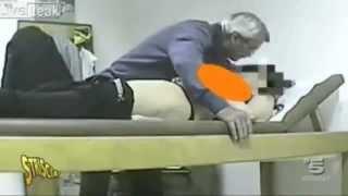 Bác sĩ dùng miệng khám ngực nữ bệnh nhân, hành hung phóng viên khi bị lộ