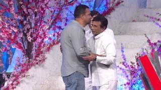 Sham Kaushal winning 19th Annual Screen Best Action Award for Gangs of Wasseypur