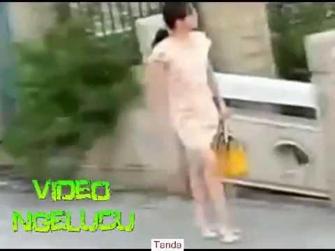 lucu - VIDEO LUCU _ORANG GILA REMAS SUSU CEWEK CANTIK YANG MELINTASINYA_