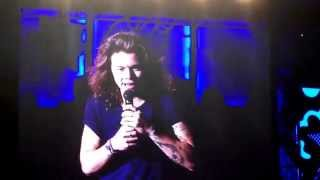 Kiss Her You Fool!  Here at One Direction we Love Love. - Harry Styles
