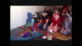 شاهد إمام باكستاني يصلي اسرع صلاة في التاريخ وامرة تصلي بالجماعة الله يتقبل منهم صديق