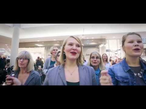 Gospel Weihnachts Flashmob im Einkaufszentrum rührt ältere Dame zu tränen By Chris Lass