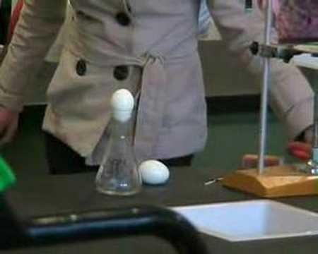 como meter un huevo dentro de un bote sin tocarlo