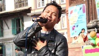 लोक दोहोरी गाएक बद्री पंगेनीले गित गाउदै तरुनी जिस्काउदै गरेपछि हंगामा भयो ll Singer Badri Pangeni