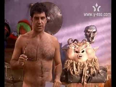Victor Mosquiera desnudo mostrando su torso peludo
