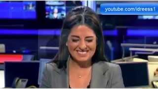 مذيعة لبنانية تنهار من الضحك أثناء تقديم نشرة الأخبار بسبب عطسة لأحد معدي القناة على الهواء