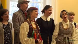 """Vilniaus universiteto folkloro ansamblio """"Ratilio"""" koncerto fragmentai. Vadovė Milda Ričkutė."""