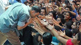 Akshay Kumar hugs his female fan and takes selfie   Housefull 3   Jacqueline Fernandez