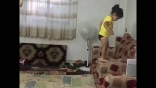 Menina que pulou salto mortal do sofá para o colchão