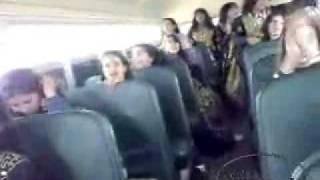 بنات سعوديات يغنون في باص