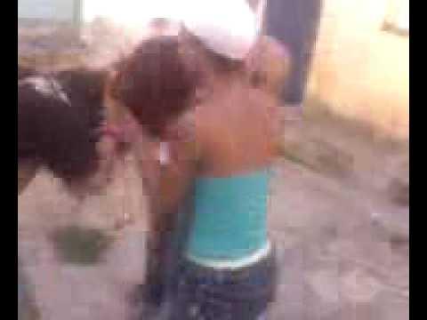Mulheres brigando por causa de homem