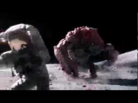 Astronautas en la luna atacados por monstruo