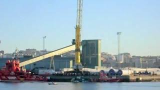 Así salía a flote el pesquero Tabar, en el muelle Este de Coruña