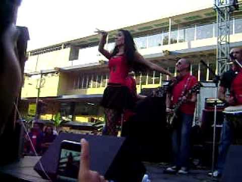 chicas gallo bailando en el concurso de bandas de Ingenieria USAC 1a parte