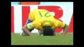 اللاعب فريد البرازيلي يسجد في مبارة كأس العالم
