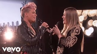 Kelly Clarkson, P!nk - Everybody Hurts (2017 American Music Awards)