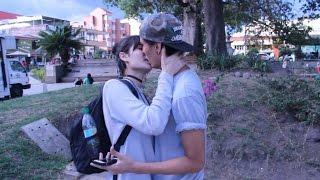 BESANDO A MUJERES DESCONOCIDAS CON TRUCO DEL PLÁTANO / BESOS FACILES ♥ KISSING PRANK - Borkeando