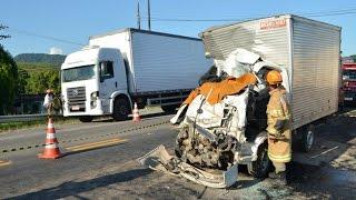 Acidente entre caminhões mata duas pessoas na BR-101 em Silva Jardim, no RJ
