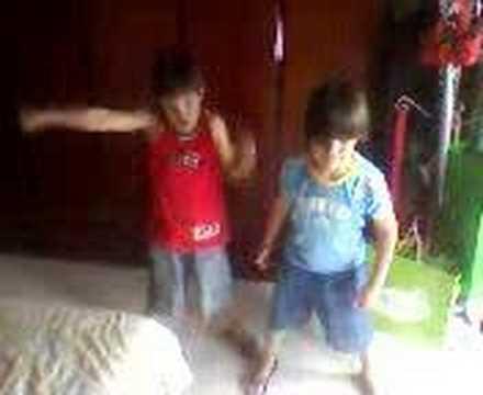 Criança dançando créu