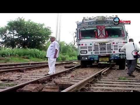 Xxx Mp4 रेल की पटरी पर दौड़ते ट्रक से मचा हड़कंप Truck Runs On Railway Track At Rewari Station Haryana 3gp Sex