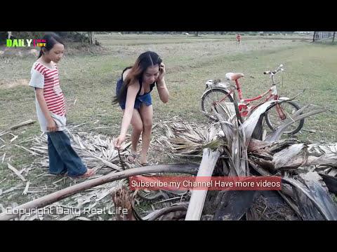 Amazing Brave cute Girls catch Village Snake Near Farm - Enjoy to catch water snake with my sister