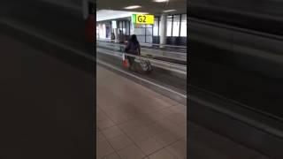 Woman walking the wrong way on a escalator,mujer caminando en sentido contrario