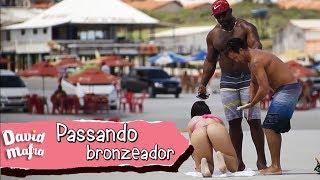PASSANDO BRONZEADOR NA NAMORADA DO ERON