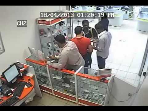 Así se roban los celulares en las tiendas