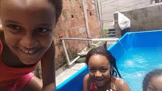 Oi galerinha hoje as meninas estão tomando banho de piscina olha que o gal