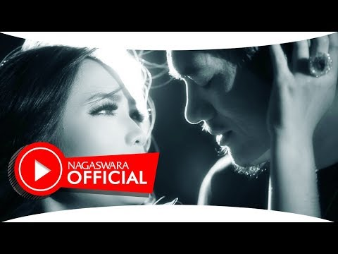 Devy Berlian - Pemberi Harapan Palsu ( PHP ) - Official Music Video - NAGASWARA