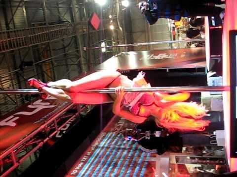 Stripper sexy caídas en el escenario