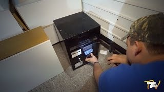 Finding Abandoned Safe While Dumpster Diving - After Christmas DAY Trash Picking!