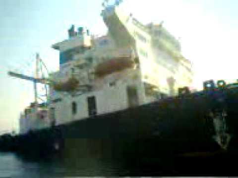 حادثة سفينة تنكسر نصفين بغاطس قناة السويس ببورتوفيق