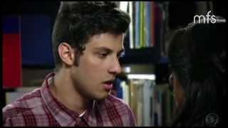 Tomás tenta beijar Carla mas ela não cede e deixa Tomás arrasado