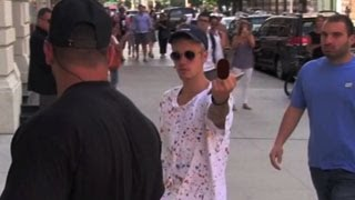 Justin Bieber Flips Off The Paparazzi