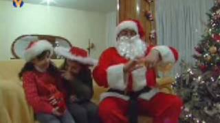 بابا نويل يوزع الهدايا على الاطفال