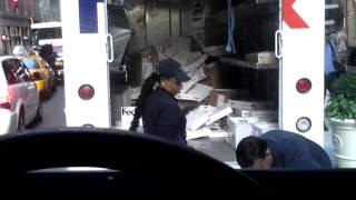 Empresa demite funcionária flagrada arremessando encomendas nos EUA