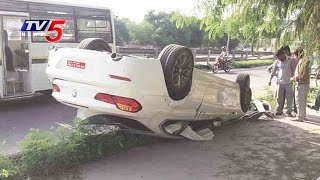 Car Overturns in Jubilee Hills, 2 Severely Injured | Hyderabad | TV5 News