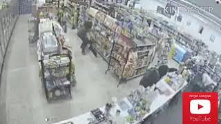 لصان يبطلان سرقة لص اخر مسلح لنفس المكان ههههههه😂