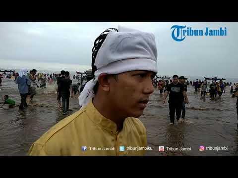 Dari Inginkan Jodoh Sampai Rezeki, Banyak Orang Ikut Mandi Safar