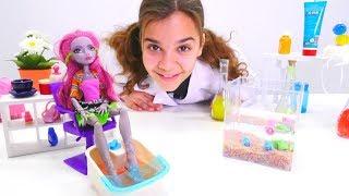 Monster High oyuncak bebek Marisol pedikür yaptırıyor!