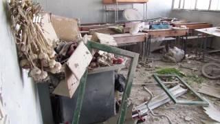 مشاهد لموقع المجزرة التي ارتكبها الطيران الحربي السوري في مدرسة تؤوي نازحين بمدينة طفس