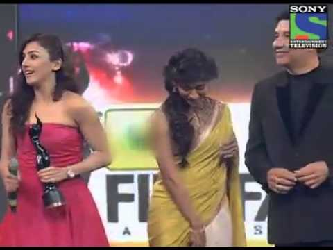 Neeti Mohan receiving award for 'Jiya re'