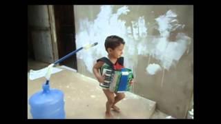 Criança de 1 ano cantando tocando sanfona