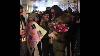 Ольгу Бузову в Благовещенске фанаты встречали с цветами и плакатами