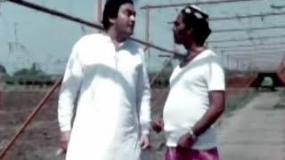 Sanjeev Kumar scaring a stranger - Super funny scene - Angoor