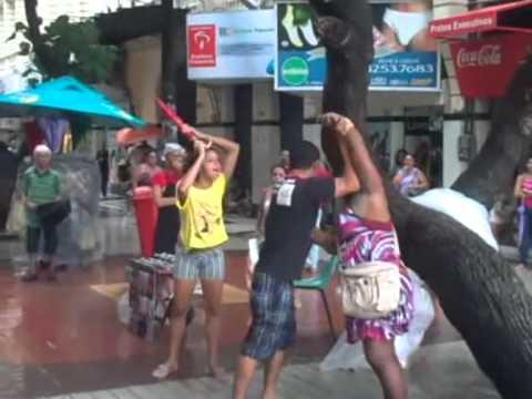 As Travestis Brigando pela blusa da Mara Show