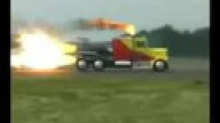 سباق بين طياره و شاحنه بمكينة صاروخ ( تسارع حادث تفحيط)