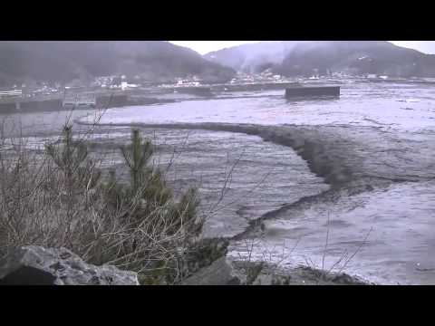 البحر وهو في حالة مد وجزر وتراجع بعد الزلزال العنيف