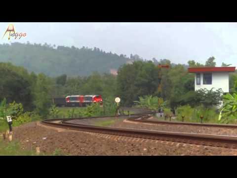 Kereta Api Terpanjang di Indonesia KA Super Babaranjang di Stasiun Tegineneng